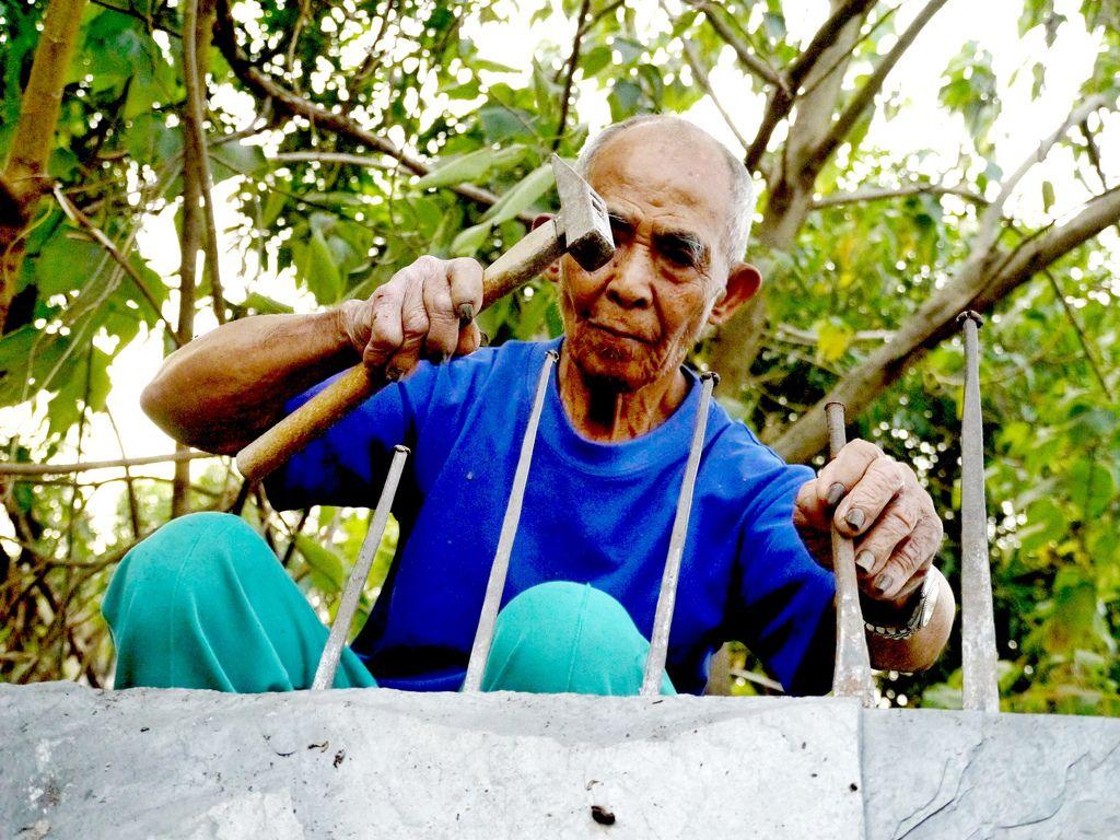 來自三地門排灣族的榮譽步道師呂來謀,持續以精湛工藝修築步道。