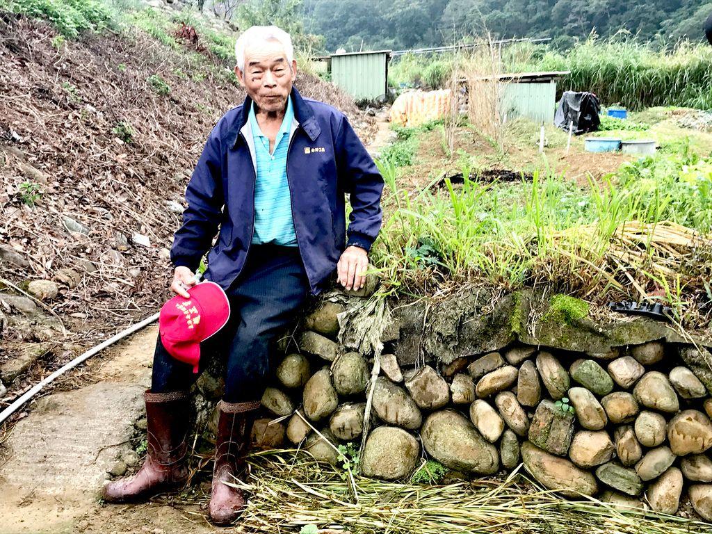 榮譽步道師羅吉榮生於新竹關西,就地以紅卵石乾砌工法,搭起永續的牆基。
