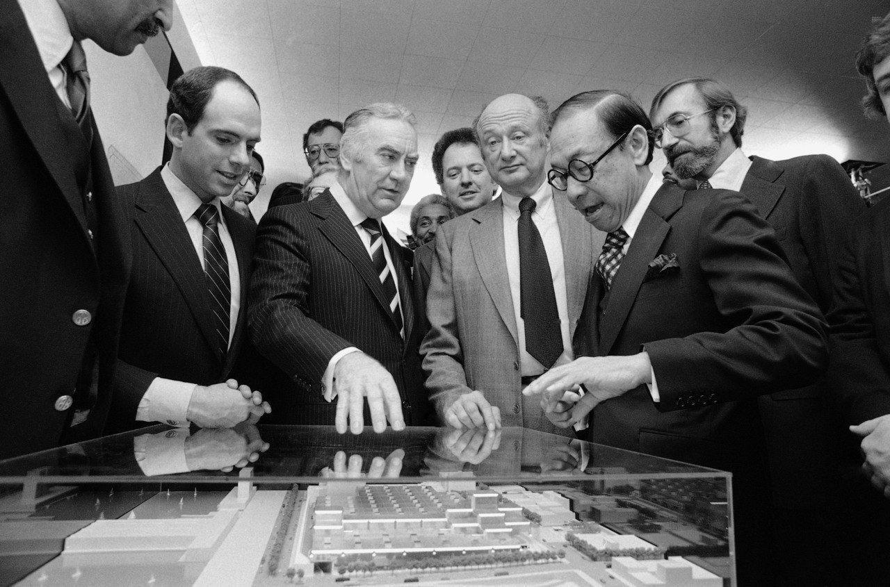 1979年-1986年:美國紐約州紐約市賈維茨會展中心。貝聿銘在紐約最具代表的作品之一為賈維茨中心