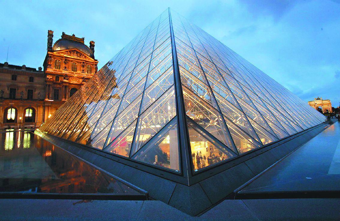 法國羅浮宮1980~90年興建貝聿銘設計的玻璃金字塔。