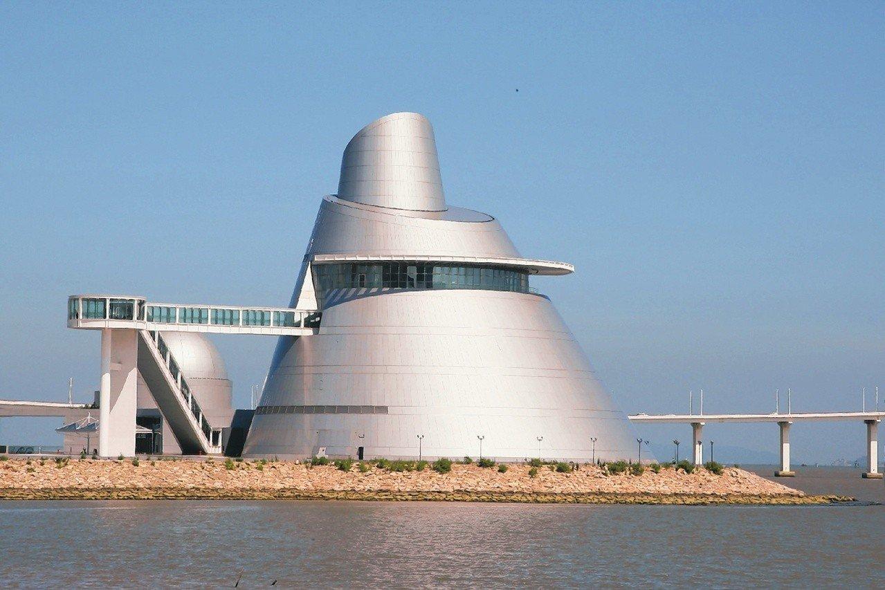 澳門科學館 由世界著名美籍華裔建築師貝聿銘設計的澳門科學館,以斜錐體的展覽中心外型最為獨特。