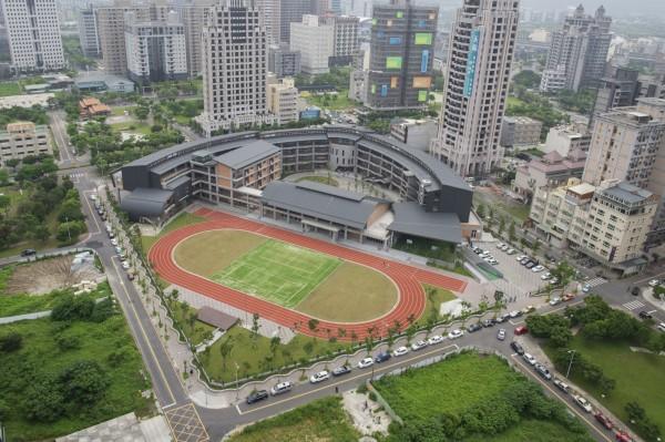 新竹縣竹北市東興國小半圓弧型量體的校舍建築,造型獨特優美,奪得最佳規劃設計類金質獎。