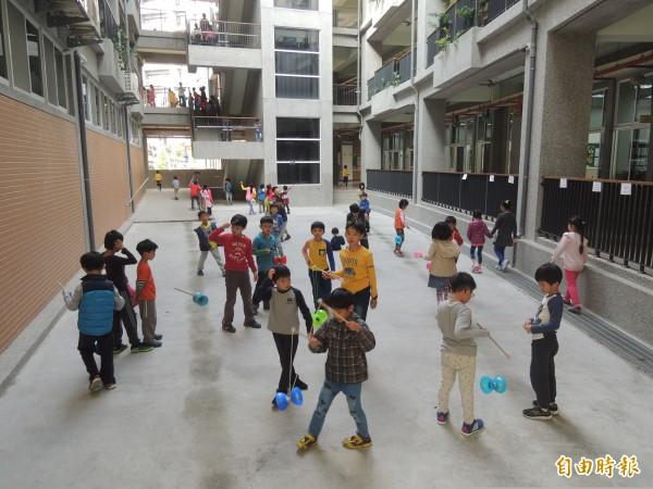 東興國小校園佔地約2公頃,校舍像是一座打開的圓樓,方便學童在戶外遊戲,空間不覺得狹窄。
