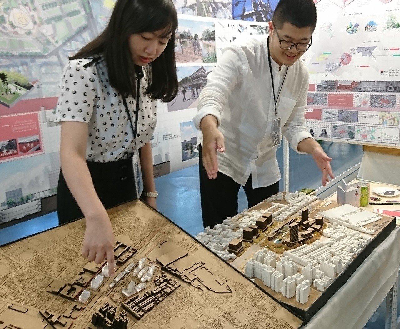詹筌(左)和張峻豪(右)的畢設作品「新內話-鐵路地下化後內壢城鎮核心再造」。