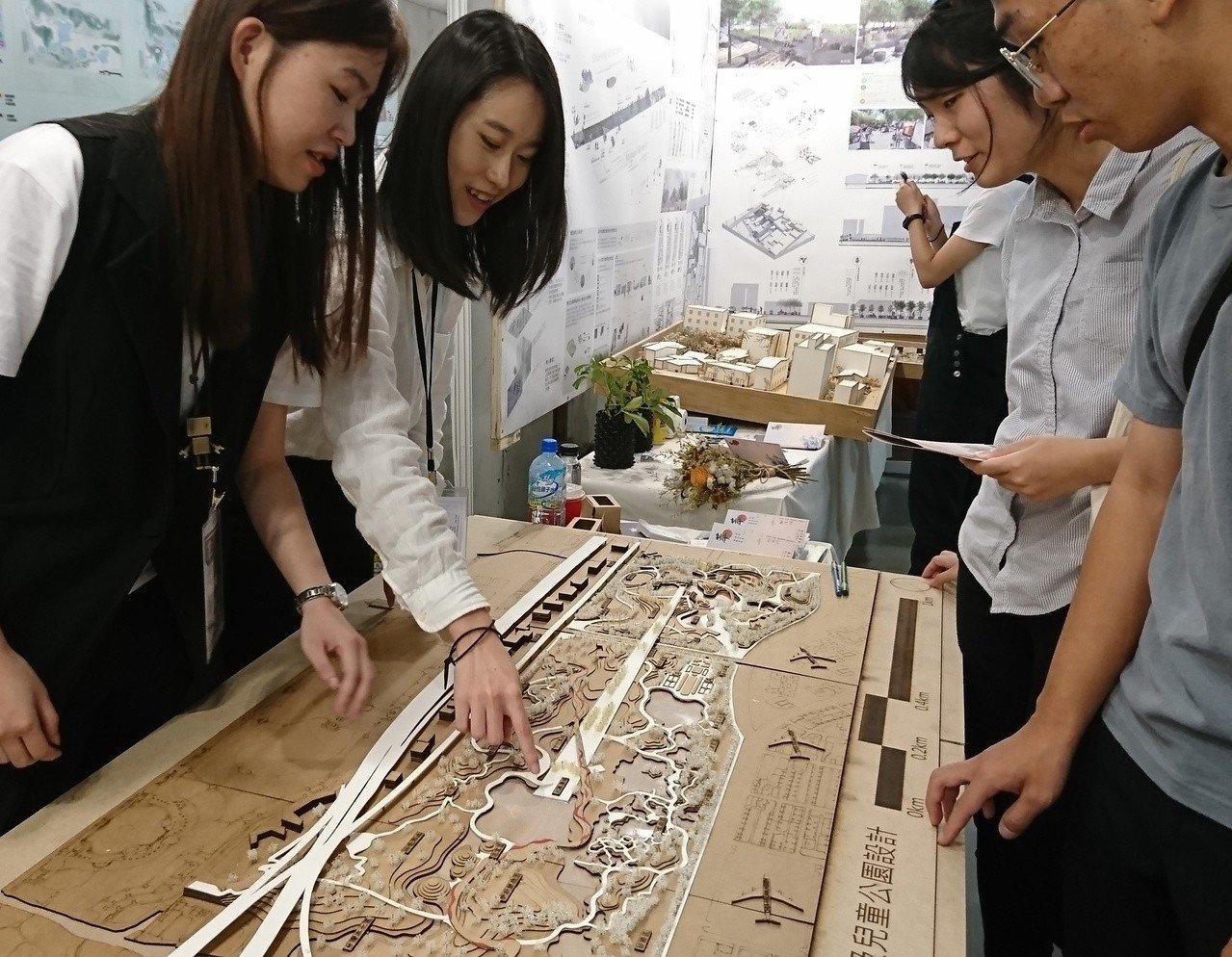 中原景觀系學生設計台北與松山機場釋出的綠地空間規畫,在全國景觀新秀展表現突出。