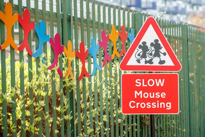 英國傳奇設計師與迪士尼合作可愛路標,教導兒童安全過馬路