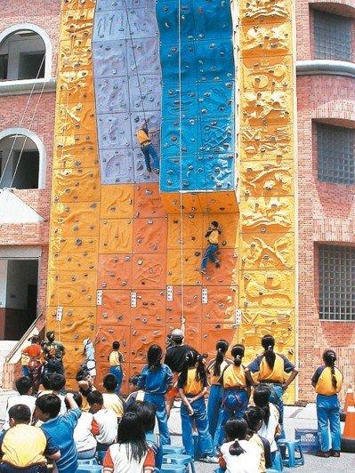 新竹市竹蓮國小攀岩場於2003年5月啟用,因年久失修,教育局補助於暑假拆除。