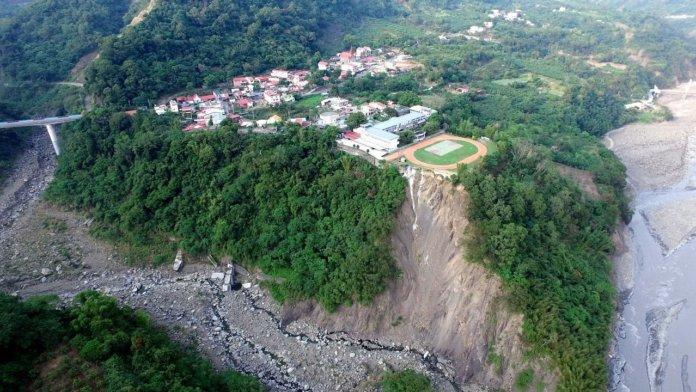 2年前導演陳惠武透過空拍機拍攝的照片,興中國小緊鄰64公尺深谷,猶如「崩崖上的小學」