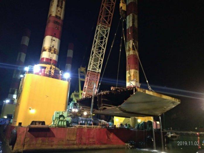南方澳斷橋拆除,施工團隊陸續吊離橋面版。