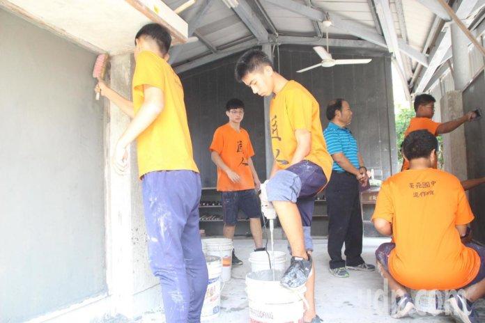 芳苑國中泥作班現在有14名學生受訓,勤練基本供,學習一技之長。