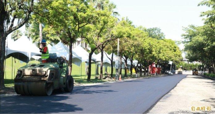 南非公司(Shisalanga Construction)透過使用廢棄塑料牛奶瓶來鋪路。