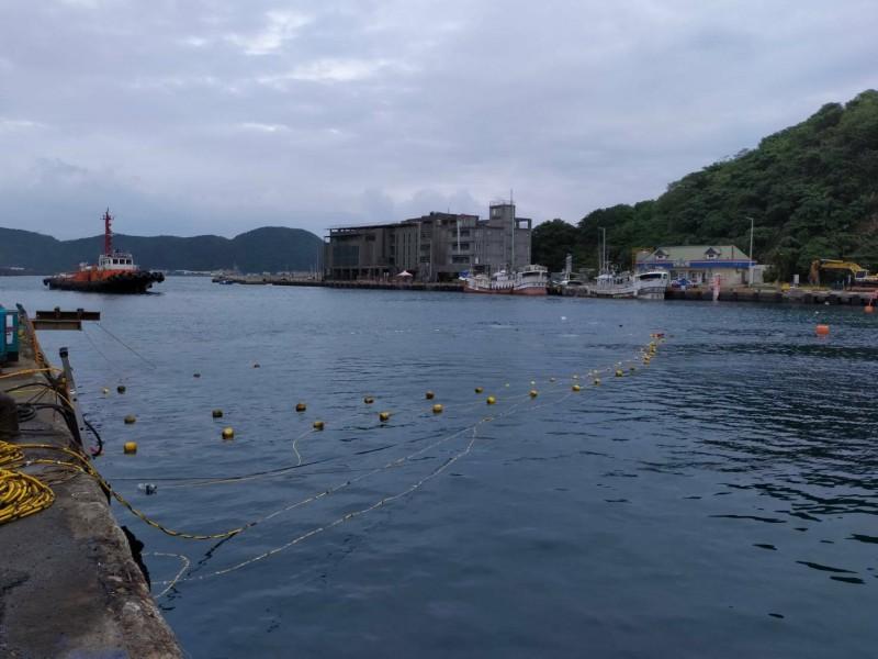 斷橋拆除後接著清理航道水域,航道將在明天中午全面開放漁船航行。