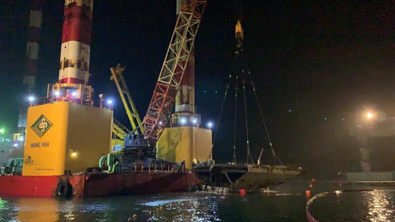 宏禹1號平台船晚間9點50分起陸續吊離南方澳斷橋最後3塊橋面版。