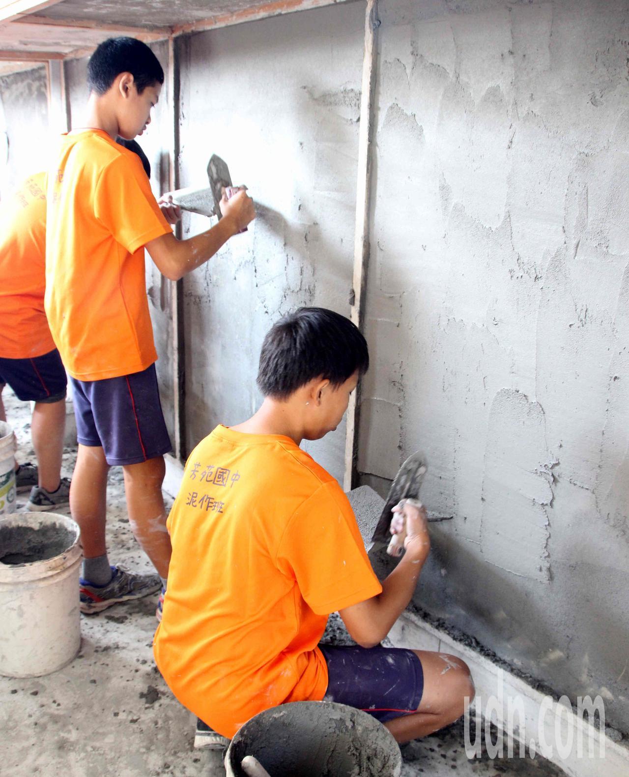 芳苑國中開辦泥作班,學生練抹牆基本功,學習一技之長。