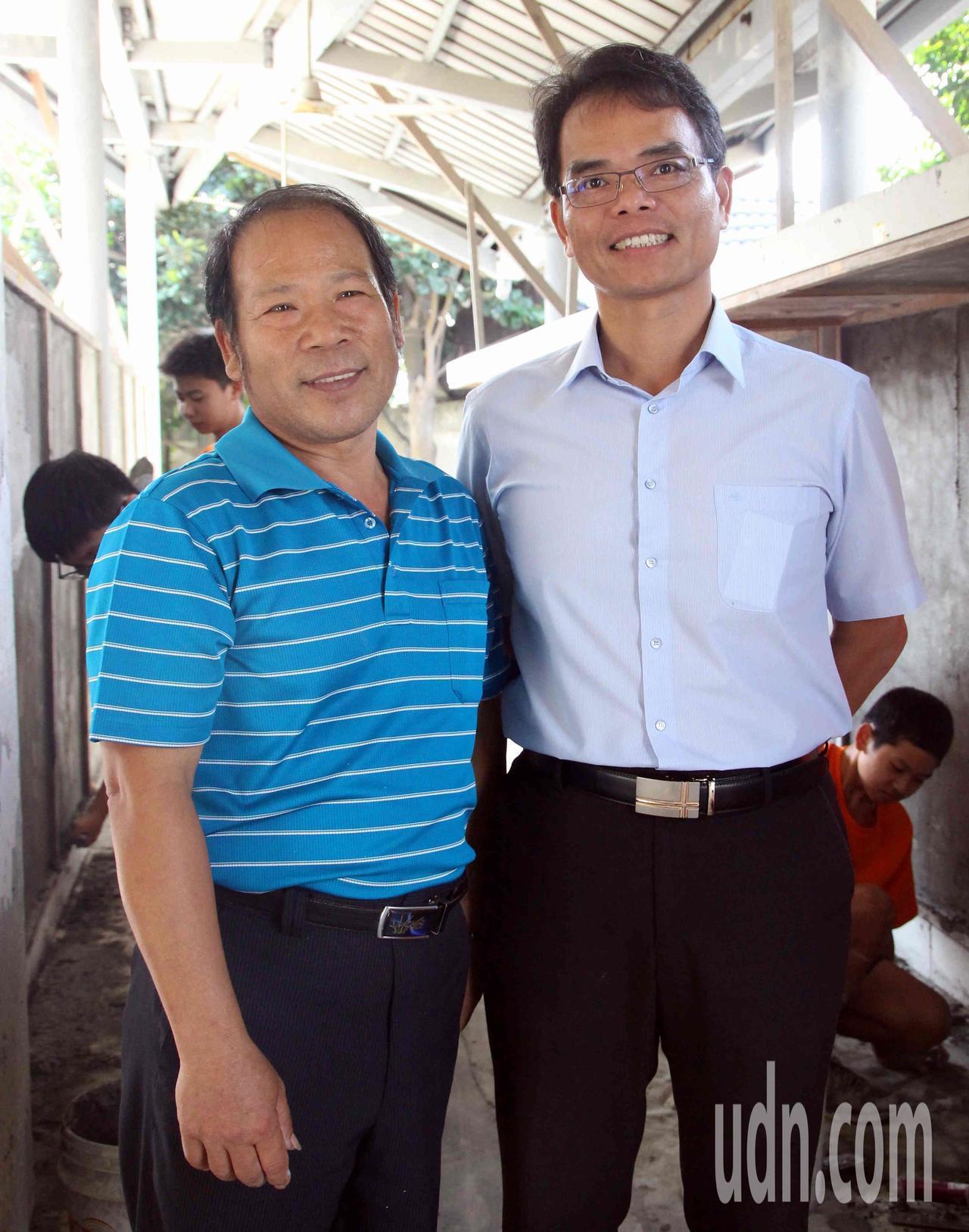 61歲師傅謝東閔(左)帶學生實作泥作,傳授正確的工地文化。
