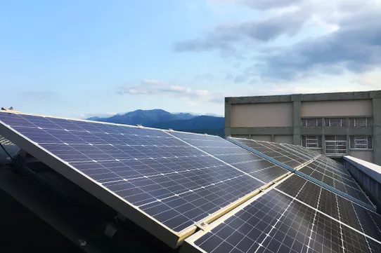 閒置屋頂可以租給能源公司裝設太陽能板,設備、施工與維修都由公司處理,自己也能賺取收益,同時實現 Resolove 當中「再生」與「共享」的理念。