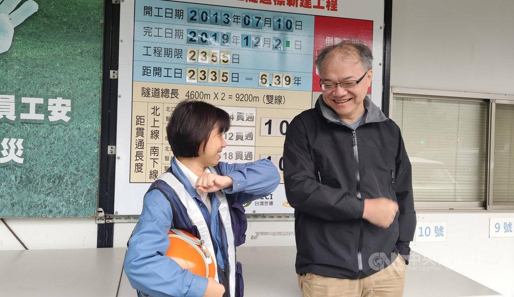 南迴公路拓寬工程完工,台東人返鄉的路更近了,行政院長蘇貞昌在11月底的行政院會中,特別感謝第一線工程人員,尤其是鄭敬伶(左)和郭鑑智(右)這對夫妻檔。