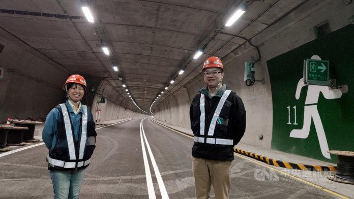 南迴公路拓寬工程草埔隧道工地主任鄭敬伶(左)是國內首位隧道工程女主任,民國104年帶著兒子和擔任工地資深協理的丈夫郭鑑智(右),一家人住在工地。