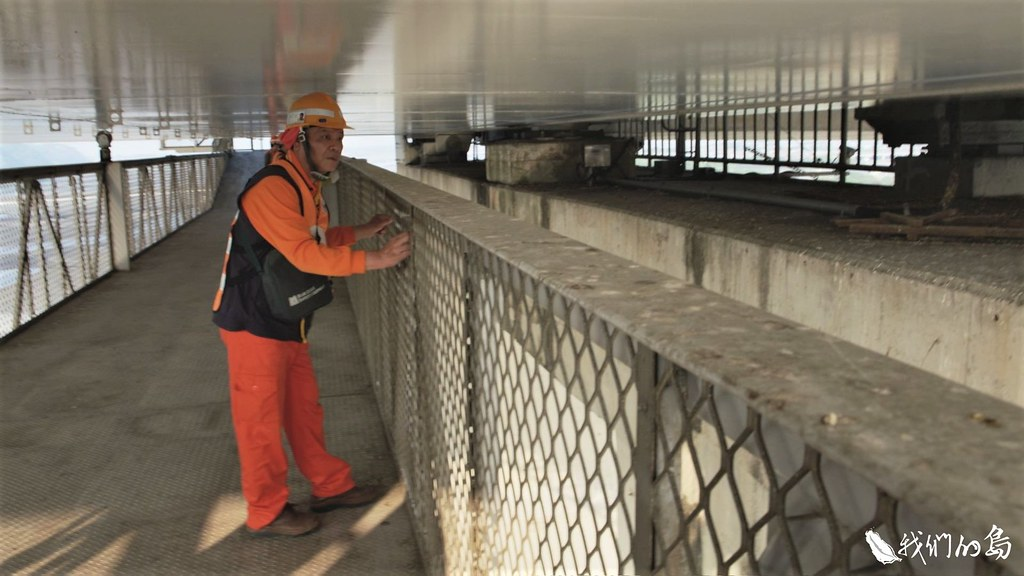 高屏溪橋跨徑330公尺,箱梁下方有一台平台檢查車,可以沿著橋面板前進,方便工作人員檢測。