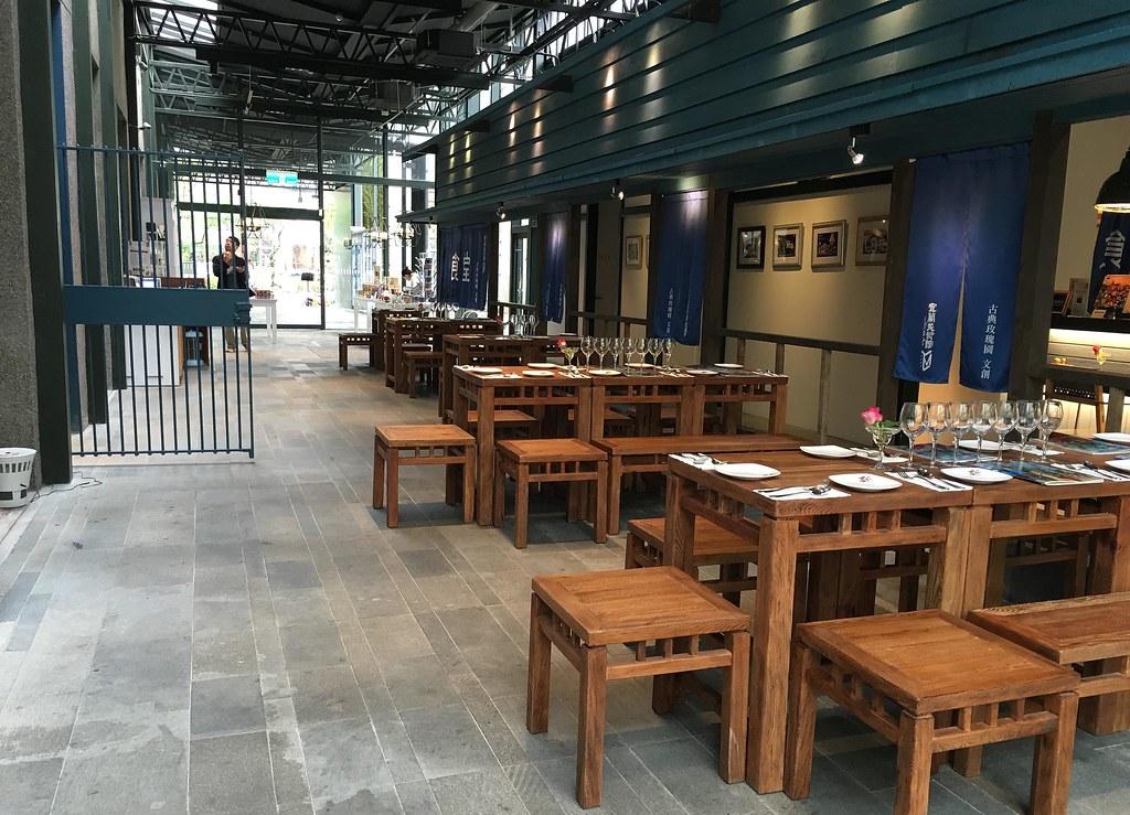 「宜蘭美術館」中有一扇昔日厚重的金庫門,已做為今日「文件庫」與放映室之所在;木造舊行舍附設餐廳則仍延續其食堂功能,與原有建物相互對話。