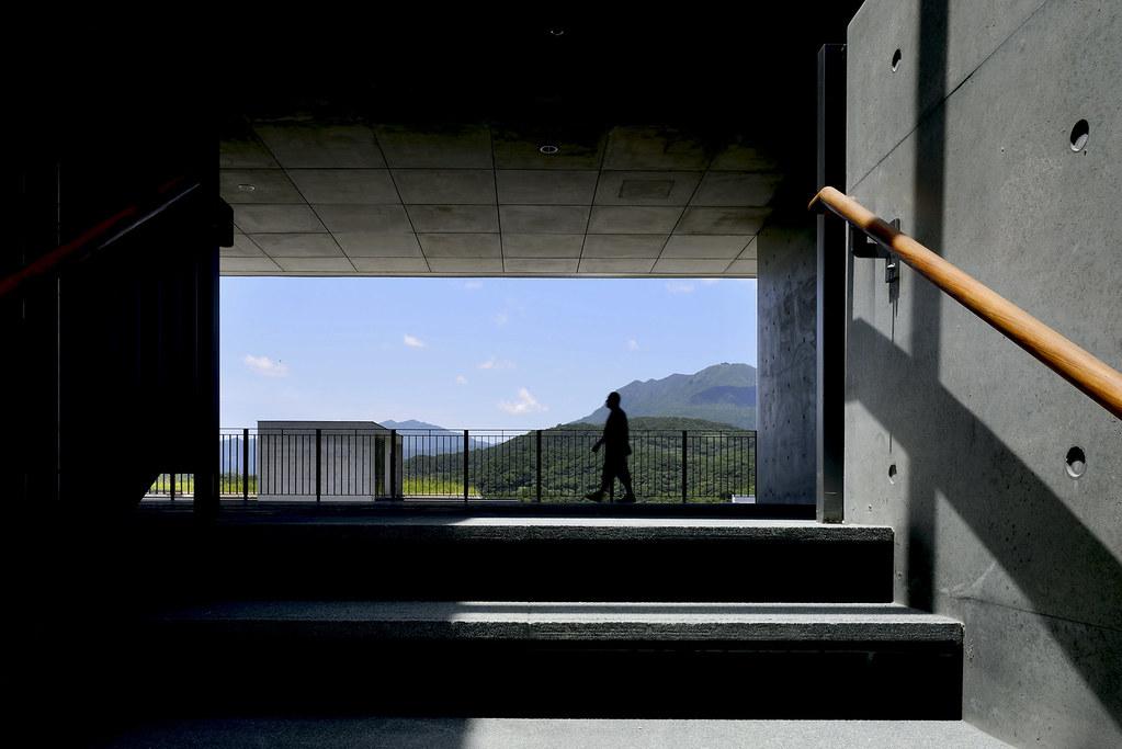 橫跨溪流、連結建築之間的人行步橋,是校園裡的特色代表,建築師姚仁喜以建築的留白闡釋佛法的「無相」,同時大量採用天然的石、木、磚等原始材料,呈現出樸實、和諧的環境風格,並配置多處冥想靜思點,讓修習的學子們在自然雲水間靜心求學。