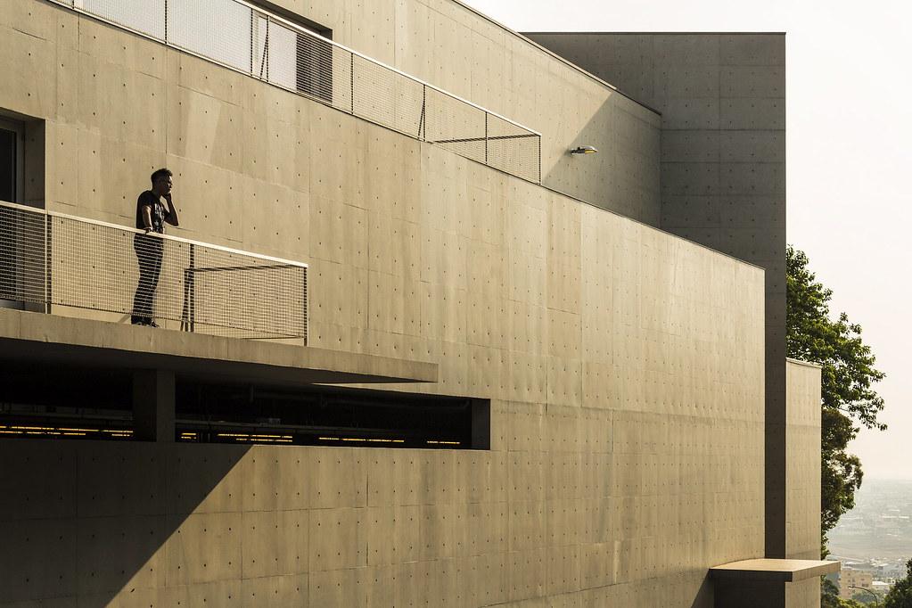 歷時 5 年、於 2014 年啟用的「西薩會館」,主要為提供俱樂部會員使用,但即使從外觀逡巡,也能欣賞到一流大師的設計功力。從靜態的清水模外觀,到動態的內部空間引光,建築本體都自然不造作地融入地景之中。