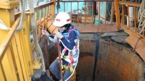 身材嬌小的污水下水道工程科正工程司姜佩君,是新北市污水下水道接管率提升的重要功臣。(水利局提供)