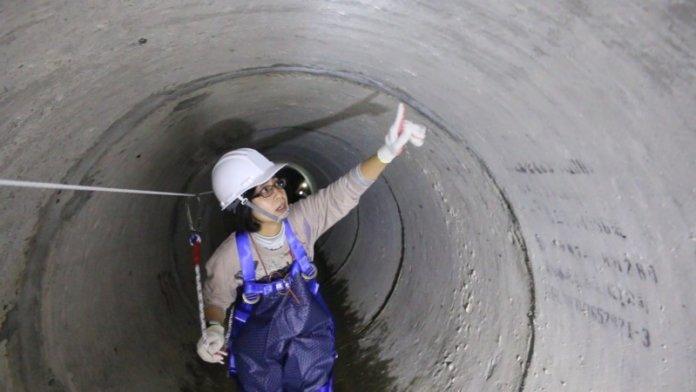 游蕙綾擔任雨水下水道工程科正工程司,負責新北市市區排水的水路管理及改善設計工作,經常深入下水道視察。(水利局提供)
