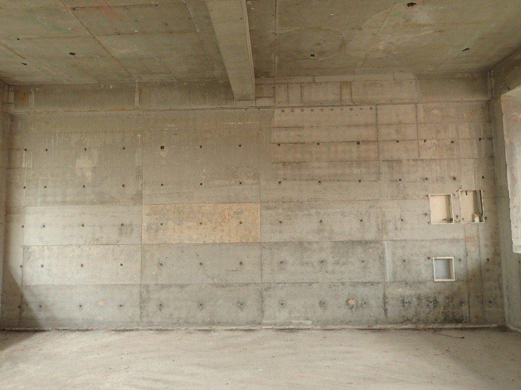 「Alfa Safe系統模板工法」澆置不漏漿,結構水密性佳,外牆完成面精準平整,模板交接處簡單研磨批土、免泥作。