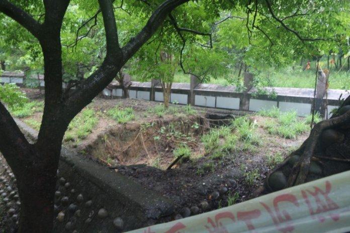 大寮區忠義國小後方擋土牆、後操場土石流失、塌陷最嚴重。