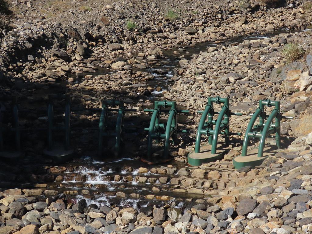 鋼構壩阻擋從上游沖刷下來的土石,減少河岸沖刷掏空。<攝影/廖靜蕙>
