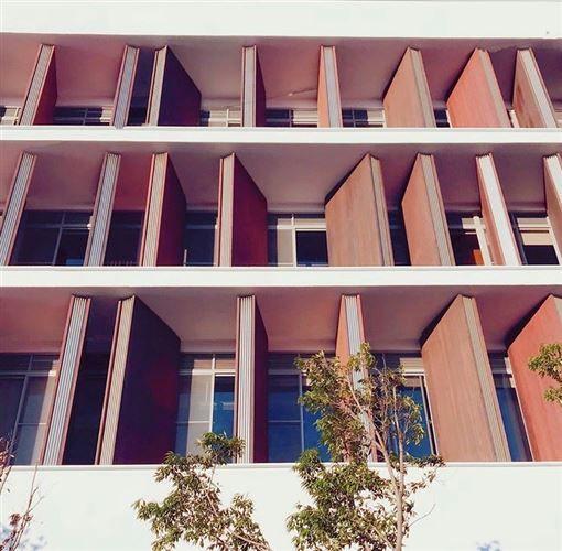 龍崗圖書館以清水模及木頭搭配設計,簡約又知性。<圖/IG @___iswen___ 提供>