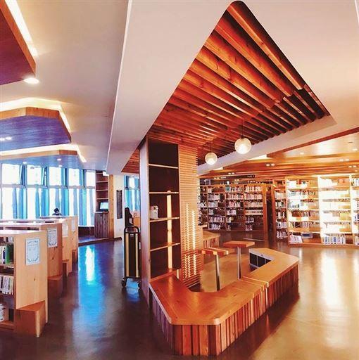 龍崗圖書館的設計相當有質感,光影使建築物更加美麗。<圖/IG @___iswen___ 提供>