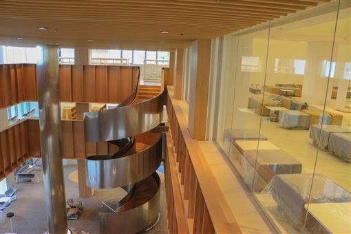 屏東總圖書館內部照,看起來挑高設計採光良好。< 圖/翻攝自「潘孟安」臉書粉絲專頁>