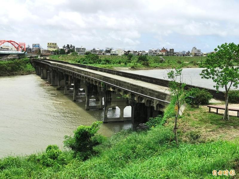 二層行溪舊公路橋完工於日治時期,被列為歷史建築。<自由時報 記者吳俊鋒 攝>