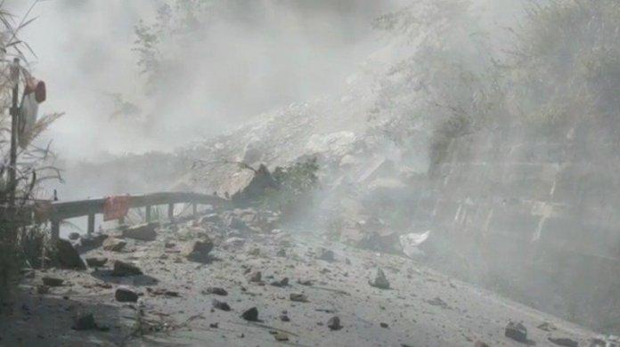 台中市和平區中橫便道22.5公里上邊坡路段,今天上午9時許發生大規模坍方,造成道路雙向阻斷,現場仍持續落石中。