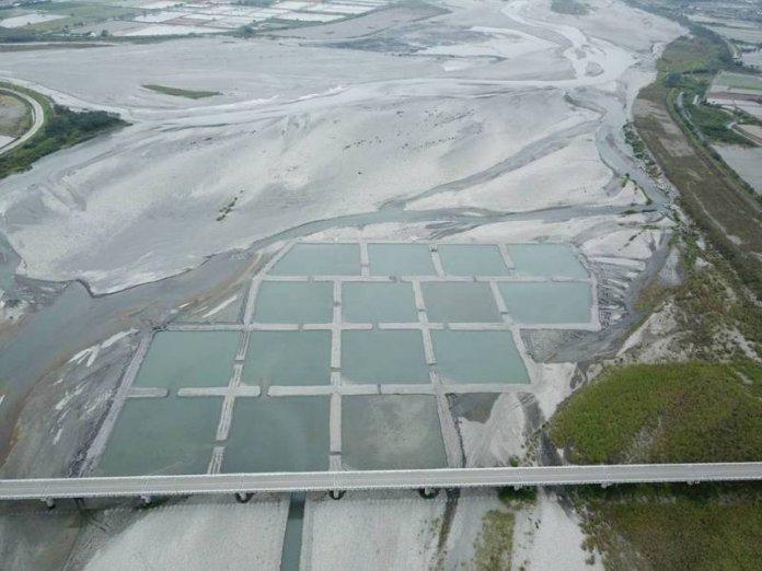 九河局在秀姑巒溪高寮大橋下游豐坪溪匯流口處,試作魚塭式水覆蓋工法,面積共5公頃。