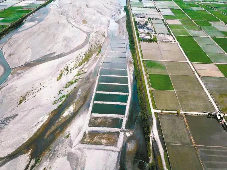 梯田式水覆蓋工法適合坡度較陡的河道內,利用重力讓水「下樓梯」淹過砂,抑制揚塵。<圖/九河局提供>