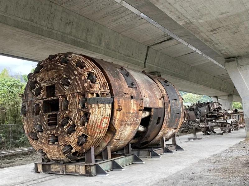 雪山隧道導坑TBM,化為公共藝術品,重新組裝,長達100公尺,圖為組裝過程。