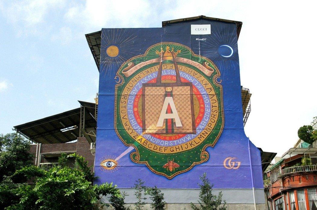 GUCCI ArtWall永康街藝術牆在2018登場,當時請來顏振發老師傅手工繪製。
