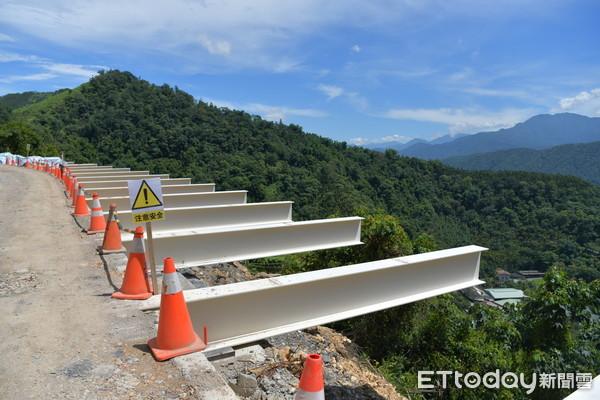 為解決投70線道路僅3公尺寬,上邊坡窄開挖不易難題,縣府新採用「棧橋式」工法拓寬道路。