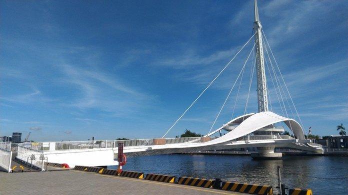 串聯高雄市蓬萊商港區與駁二特區的大港橋今天啟用,是全台首座可旋轉的行人跨港大橋。