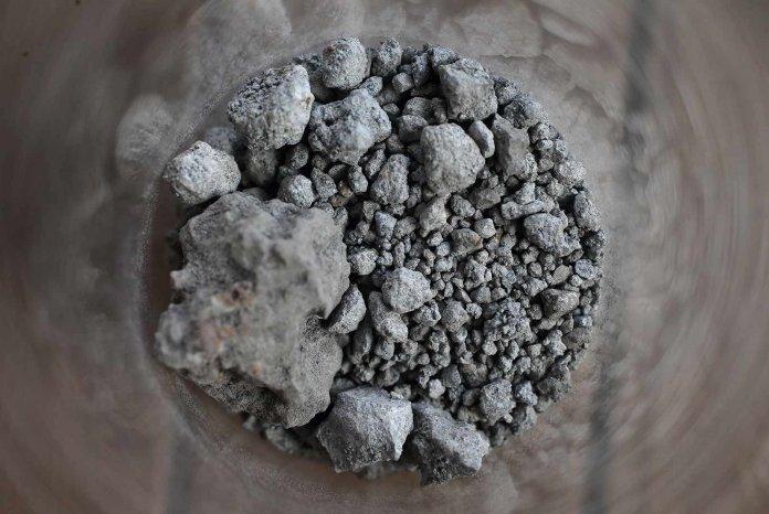 台灣每年多達百萬噸廢爐碴「無處可去」,造成環境和社會的困擾,變成惡性循環。