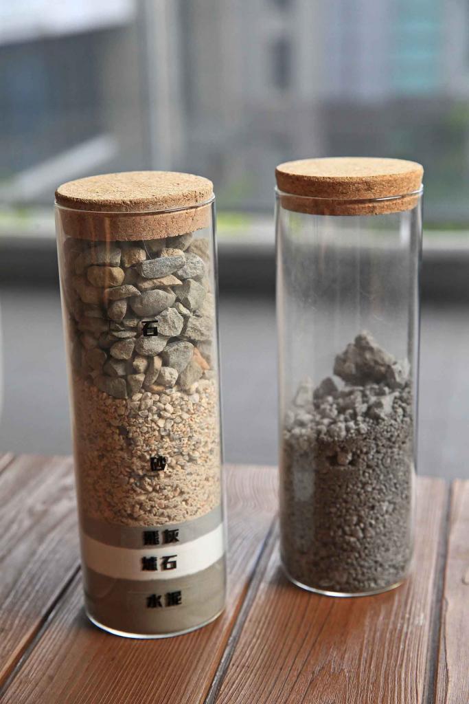 左為正常砂石,右為不得參入建築用的混凝土中的廢爐碴。