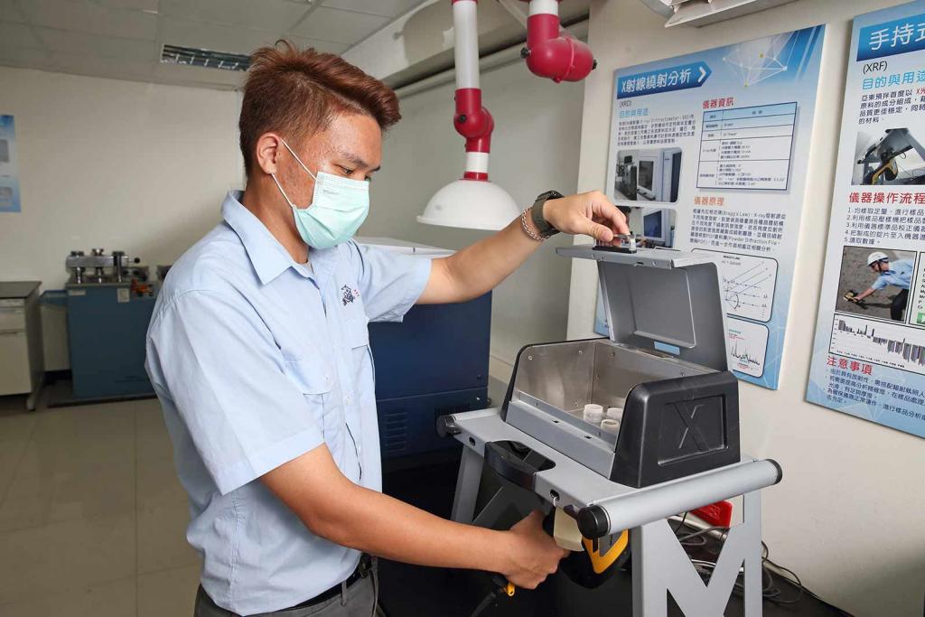 亞東預拌混凝土公司成立研發中心,開發出有效的檢測方法,避免再次買到混有廢爐碴的砂石。