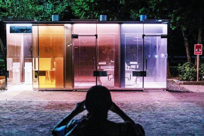 日本東京澀谷的公園,8月初設置了全透明公廁,只有在使用者進入使用並上鎖時,特殊玻璃就會啟動霧面的不透明模式遮擋。