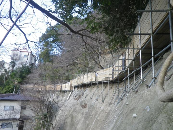 斜坡離住家的距離非常近,設置護欄也要很小心。