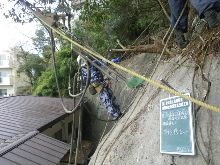 工人站在斜坡上進行裝設非常厲害