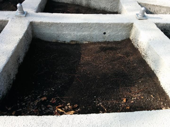 格框裡的土壤裡埋下種子,等未來長出綠色植物。希望能夠還原這座山原本的樣貌。