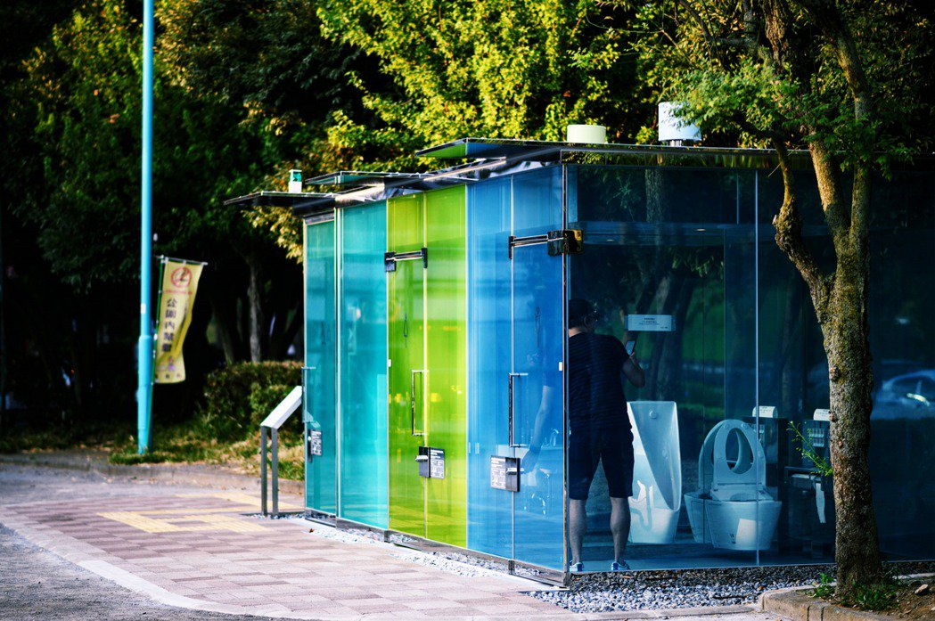 透明廁所設置於東京澀谷的代代木深町小公園,為國際知名的建築設計師坂茂的作品。